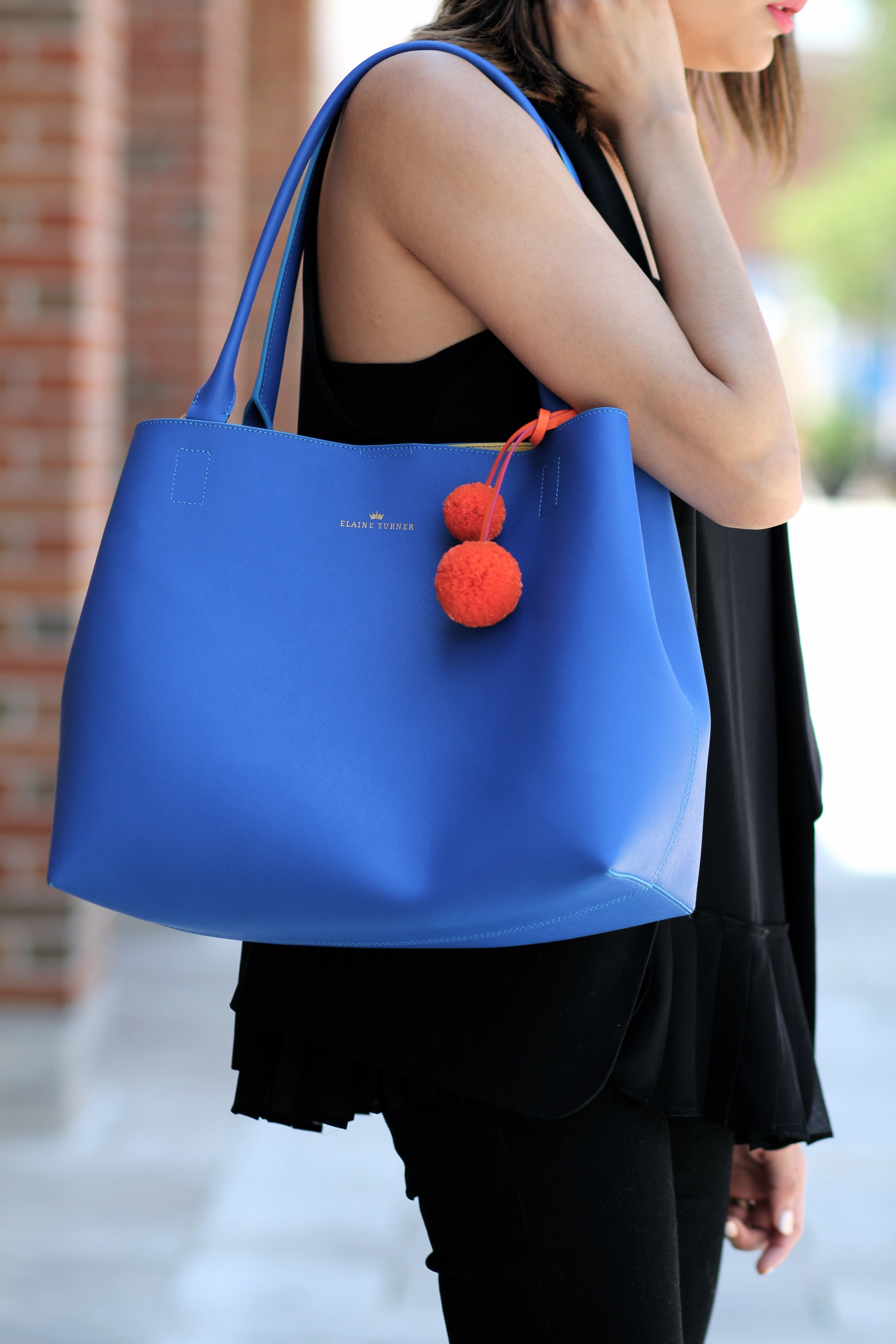 how to accessorize an all black outfit | Blue tote