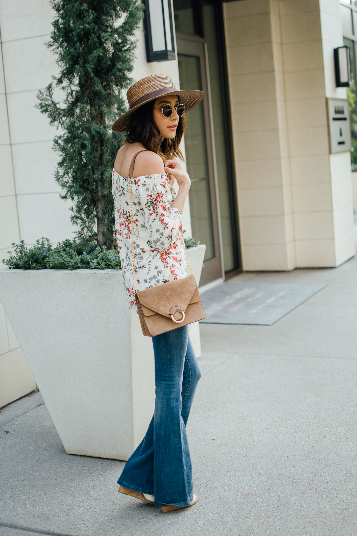 Flare jeans, off-the-shoulder-top & boater hat