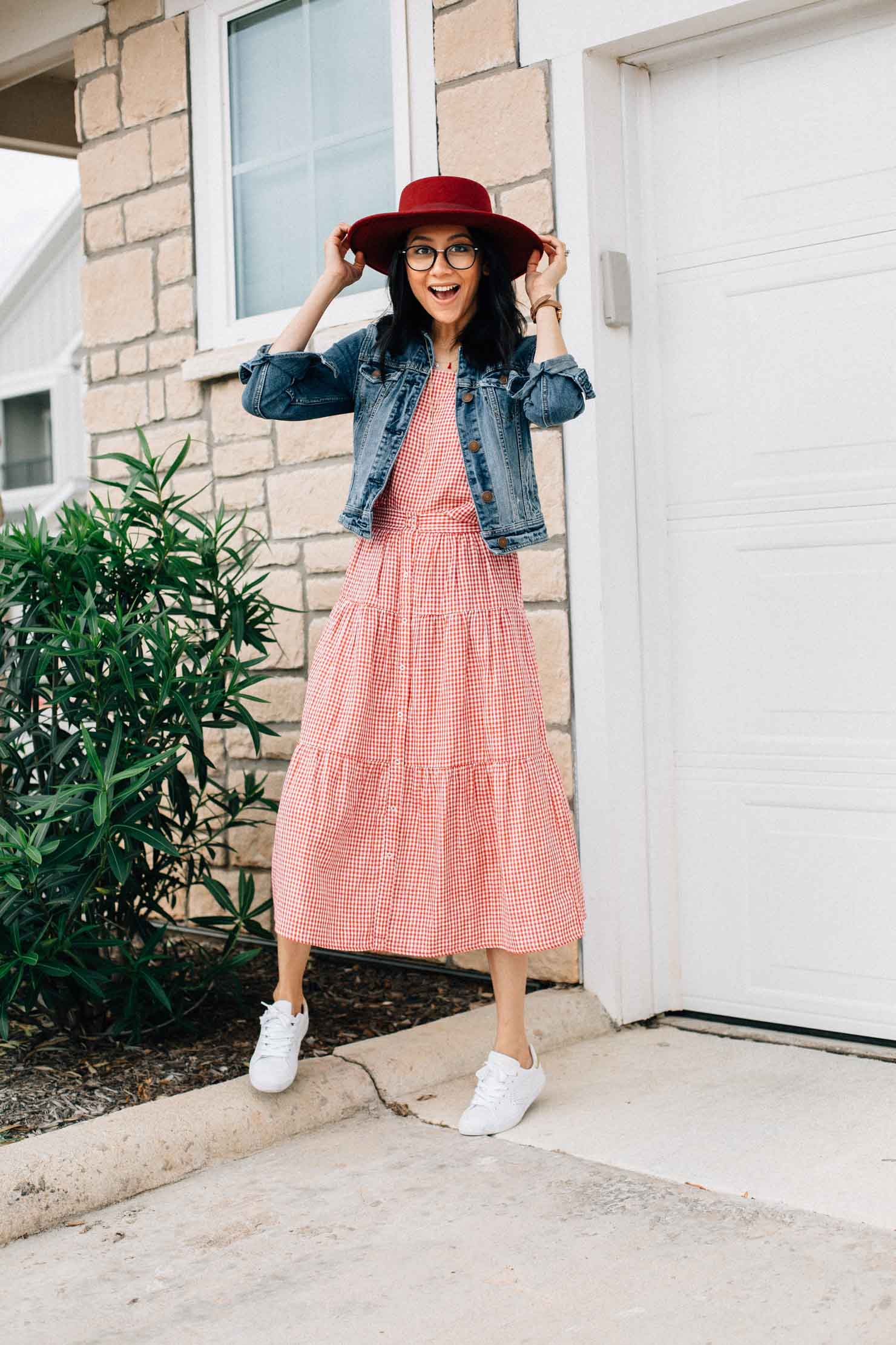 Effortless spring outfit | Gingham set with white sneakers and denim jacket