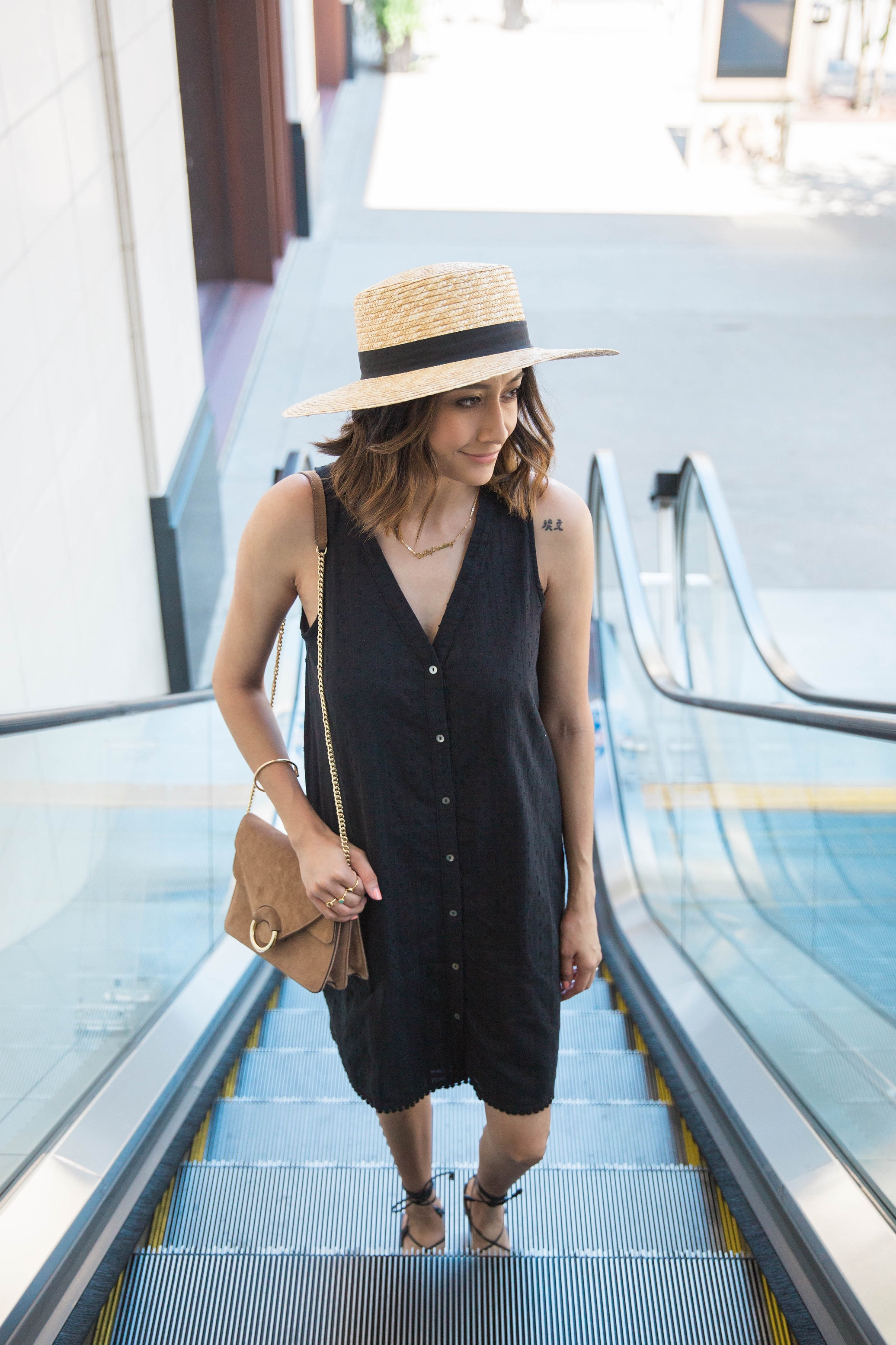 How to accessorize a minimal look with hats
