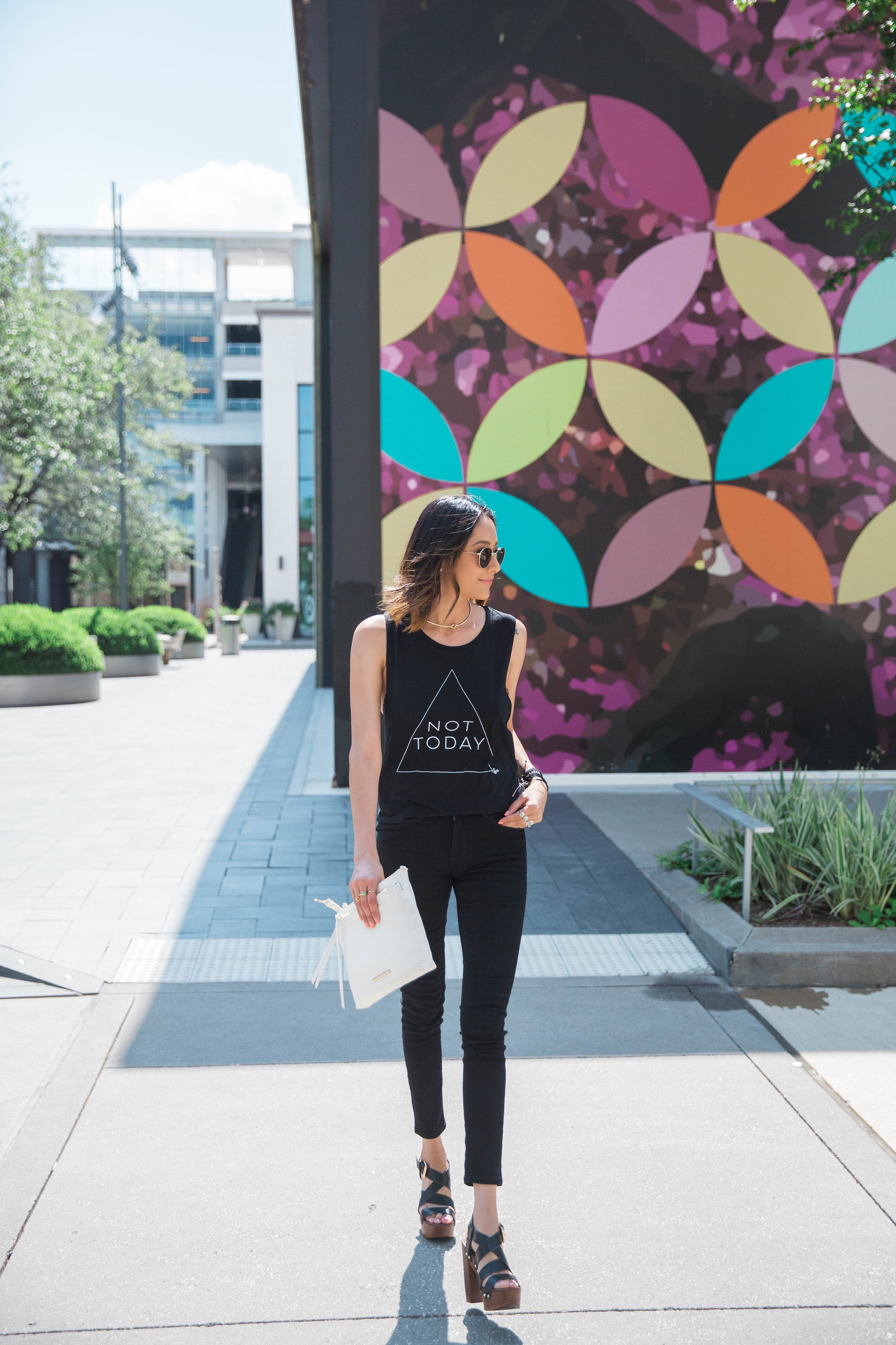 Minimal Style | All Black Look | Casual Chic | Black Skinny Jeans | Platform Sandals | White Clutch