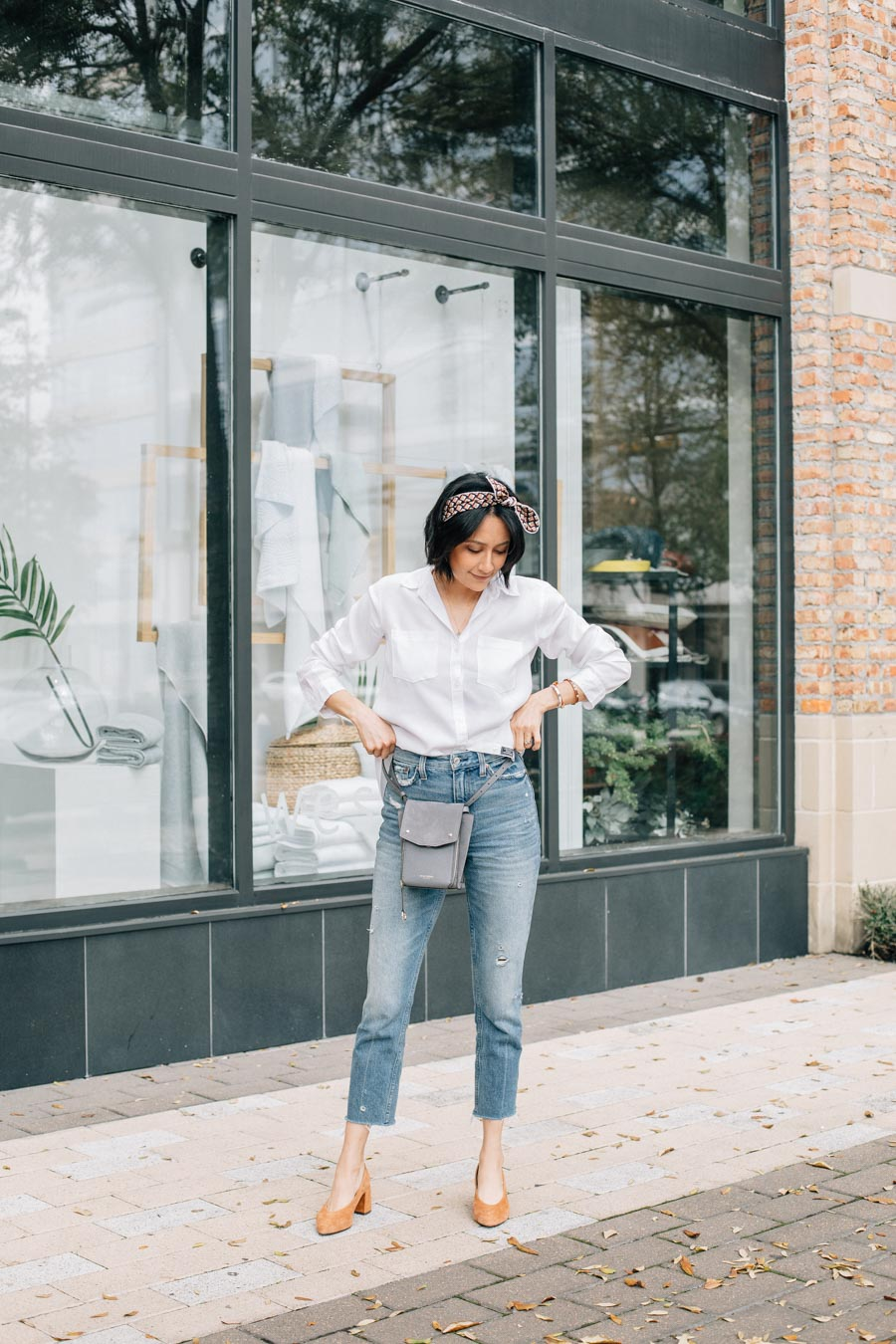 Lilly Beltran of Daily Craving blog styles Abercrombie mom jeans with a white shirt and brown pumps for a casual look.