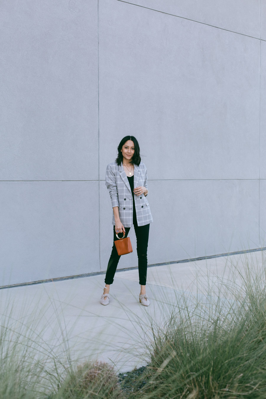 Fashion blogger Lilly Beltran wearing black Abercrombie skinny jeans and plaid blazer for a casual fall look.