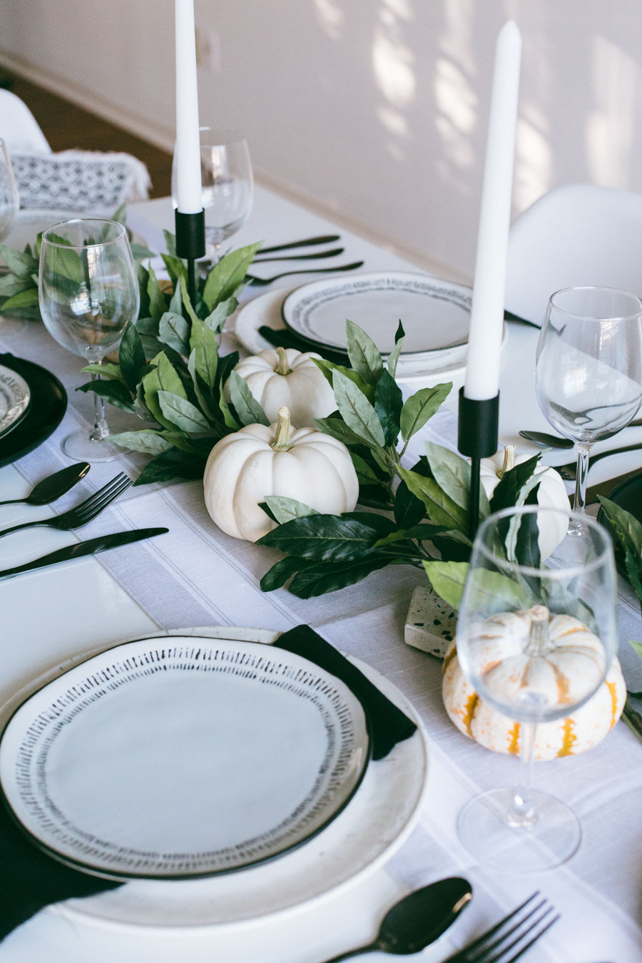 Modern Thanksgiving table decor by lifestyle blogger, Lilly Beltran of Daily Craving blog.