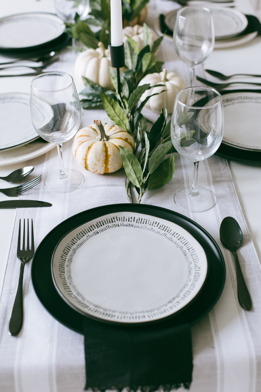 A modern take on the traditional fall tablescape | Daily Craving Blog
