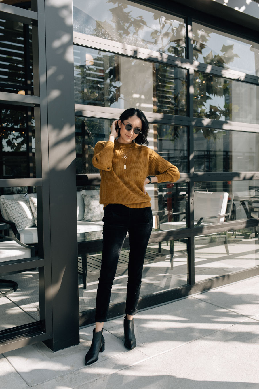 Lifestyle blogger Lilly Beltran wearing a minimal fall outfit