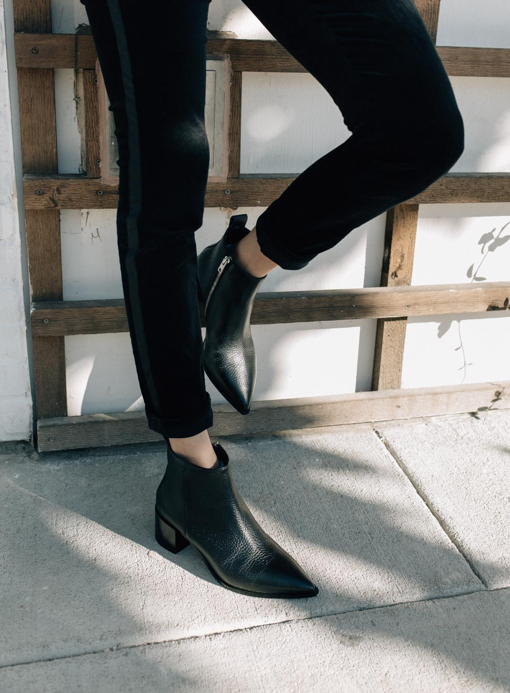 Lifestyle blogger Lilly Beltran wearing the Everlane Boss Boots